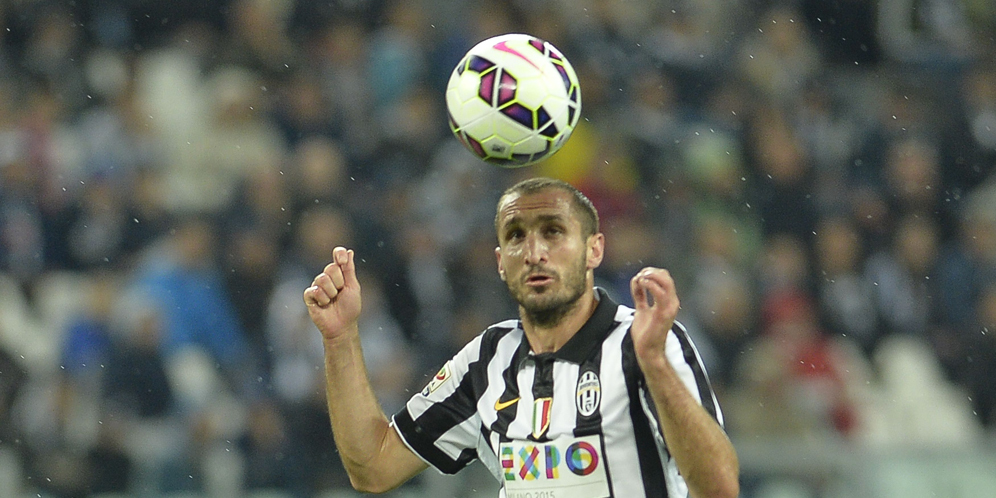 Juventus' defender Giorgio Chiellini heads the ball during the Italian Serie A football match between Juventus and Fiorentina on April 29, 2015 at Turin's Olympic stadium. AFP PHOTO / ANDREAS SOLARO