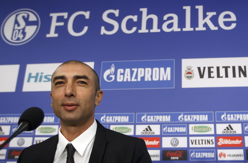Newly appointed Schalke 04 coach Roberto Di Matteo addresses a news conference in Gelsenkirchen October 8, 2014. Schalke 04 appointed former Chelsea coach Di Matteo as a replacement for Jens Keller, who was sacked on Tuesday after an inconsistent start to the season. REUTERS/Ina Fassbender (GERMANY  - Tags: SPORT SOCCER)