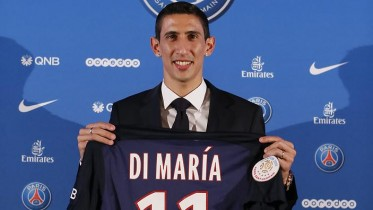 epa04874854 Argentine soccer player Angel Di Maria poses with his new Paris Saint Germain (PSG) jersey after a news conference in Paris, shake hands during a news conference in Paris, France, 06 August 2015. PSG signed Manchester United's renowned winger Angel Di Maria for a four-year contract for 63 million euros.  EPA/IAN LANGSDON