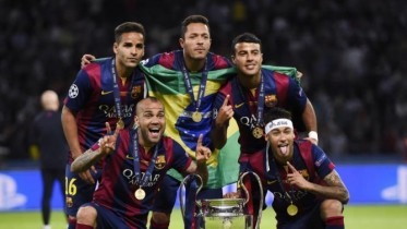 Football - FC Barcelona v Juventus - UEFA Champions League Final - Olympiastadion, Berlin, Germany - 6/6/15 (From L-R) Barcelona's Douglas, Dani Alves, Adriano, Rafinha and Neymar with the trophy after winning the UEFA Champions League Reuters / Dylan Martinez